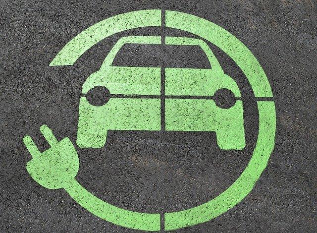 Ładowanie samochodu z paneli fotowoltaicznych – czy to możliwe?